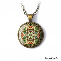 Collier aux motifs géométriques et floraux